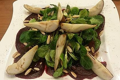 Carpaccio von Roter Bete mit Feldsalat, Birnen und Kürbiskernkrokant 43