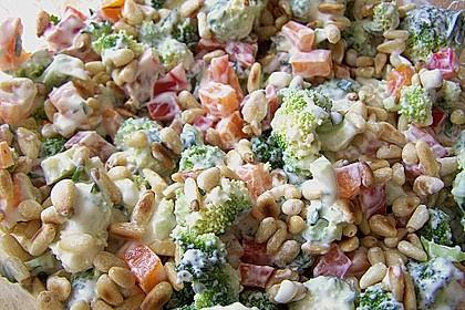 Sommerlicher Brokkolisalat mit Paprika und Pinienkernen 1