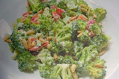 Sommerlicher Brokkolisalat mit Paprika und Pinienkernen 2