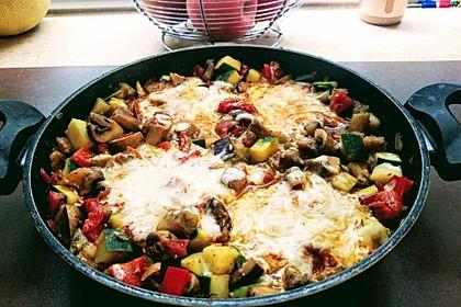 Gemüsepfanne mit Eiern und Käse (Bild)