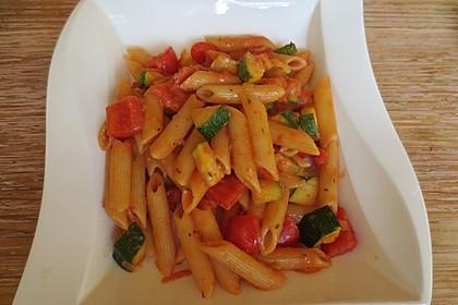 Vollkornpenne mit  Tomaten - Paprika - Zucchini - Soße (Bild)