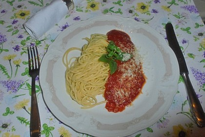Spaghetti mit Tomatensoße 8