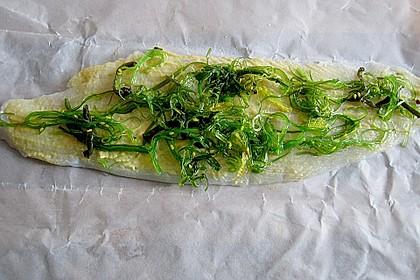 Seezungenröllchen mit Wakame - Salatfüllung auf Linguinen und Algen 2