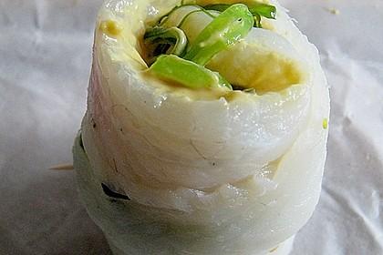 Seezungenröllchen mit Wakame - Salatfüllung auf Linguinen und Algen 1