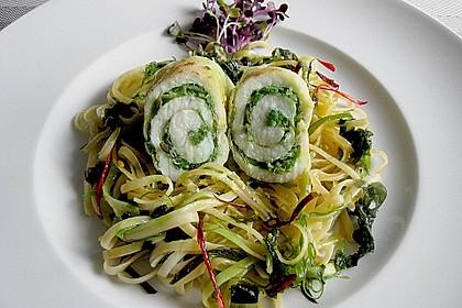 Seezungenröllchen mit Wakame - Salatfüllung auf Linguinen und Algen
