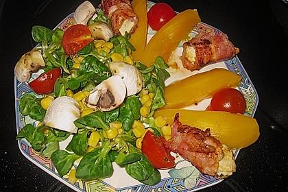 Gemischter Salat mit Mangospalten und Bacon - Feta - Päckchen