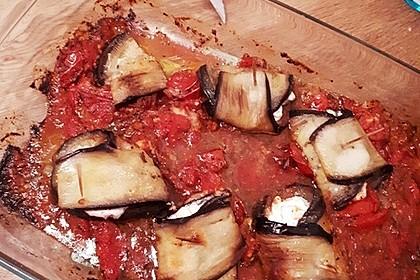 Gratinierte Ziegenfrischkäse - Auberginenröllchen auf Tomatensugo