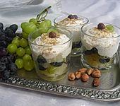 Ananas - Trauben - Salat mit Haselnussquark (Bild)