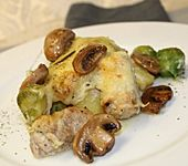 Überbackene Schweinefilet - Medaillons auf Kartoffeln und Rosenkohl (Bild)