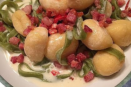 Pasta mit Gnocchi in Käsesauce