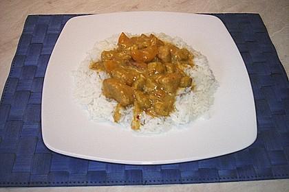 Hähnchenfleisch mit fruchtiger Currysahnesauce auf Reis (Bild)