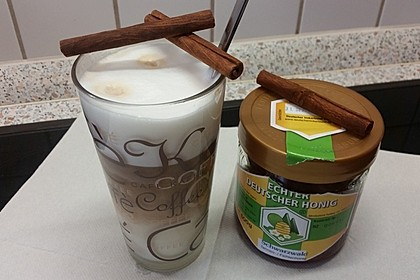 Heißer Kakao mit Honig und Zimt