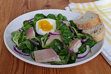 Feldsalat mit Ei und Forellenfilet