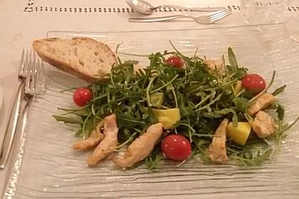 Mango-Avocado-Salat mit Hühnerstreifen, Rucola und Tomaten (Bild)