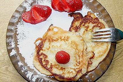 Pfannkuchen mit Joghurt und Ahornsirup