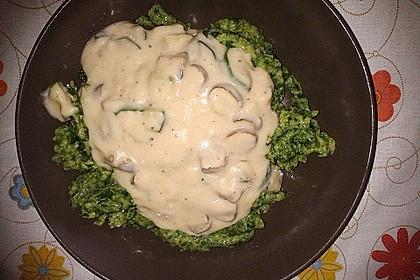 Spinatspätzle in Käsesahnesoße mit Champignons
