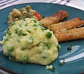 Kartoffel-Erbsen-Püree mit Fischstäbchen (Bild)