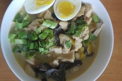 Pikante Thai Suppe mit Kokos und Hühnchen 101