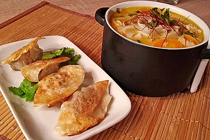 Pikante Thai Suppe mit Kokos und Hühnchen (Bild)