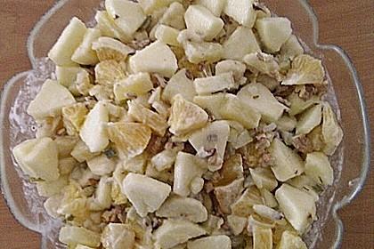 Fruchtsalat mit Essiggurken und Walnüssen