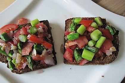 Bruschetta mit grünem Spargel und Tomaten 18