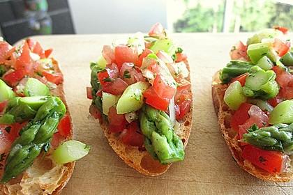Bruschetta mit grünem Spargel und Tomaten 1