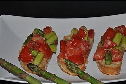 Bruschetta mit grünem Spargel und Tomaten 15