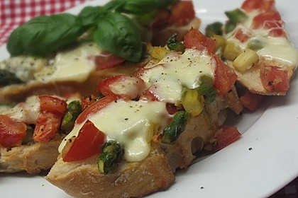 Bruschetta mit grünem Spargel und Tomaten 5