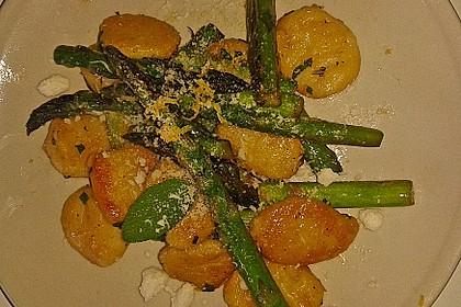 Salbei-Gnocchi mit grünem Spargel (Bild)