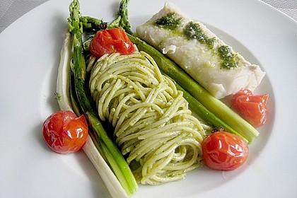 Konfierter Kingklip mit Bärlauchpesto an Spaghetti, Tomaten und gebratenem Spargel