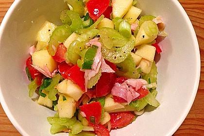 Apfel - Staudensellerie - Salat mit Kirschtomaten