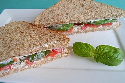 Sandwich mit Tomaten, frischem Basilikum und Frischkäse