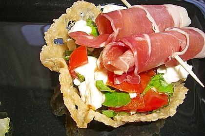 Parmesankörbchen, gefüllt mit Tomaten - Mozzarella - Salat 3