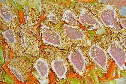 Thunfisch an Sesam auf Julienne - Gemüse, asiatische Art