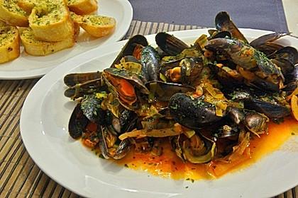Miesmuscheln in Tomate mit geröstetem Knoblauchciabatta (Bild)