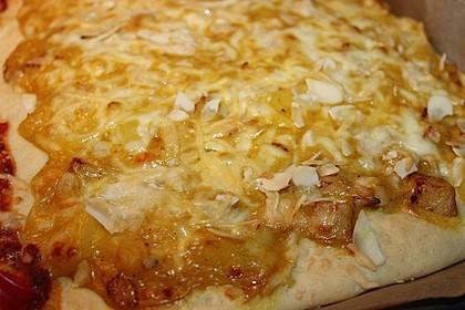 Pizza mit Curry - Ananassoße, Hähnchen und Mandeln (Bild)