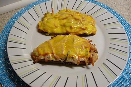 Überbackener Toast mit Fleischsalat (Bild)