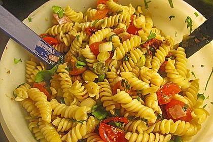 Italienischer Nudelsalat mit getrockneten Tomaten und Schafskäse 1