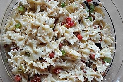 Nudelsalat mit Feta, Oliven und getrockneten Tomaten (Bild)