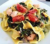 Bandnudeln, Spinat und Lachs treffen Gorgonzola und grünen Pfeffer in einer Sahne - Sauce (Bild)