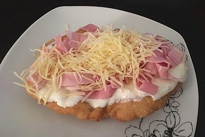 Ungarische Langos mit Knoblauchcreme und Käse 43