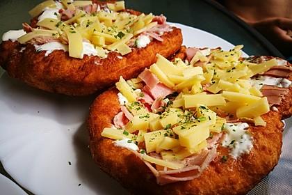 Ungarische Langos mit Knoblauchcreme und Käse 44