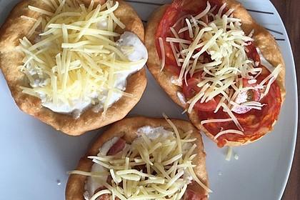 Ungarische Langos mit Knoblauchcreme und Käse 21