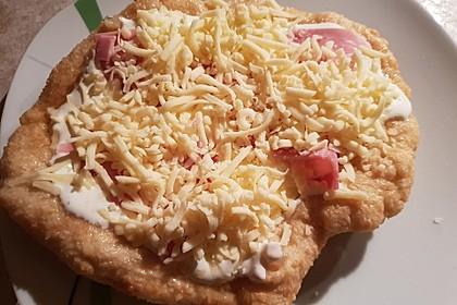 Ungarische Langos mit Knoblauchcreme und Käse 54