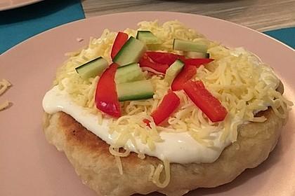 Ungarische Langos mit Knoblauchcreme und Käse 41