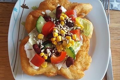 Ungarische Langos mit Knoblauchcreme und Käse 4