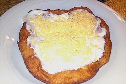 Ungarische Langos mit Knoblauchcreme und Käse 26