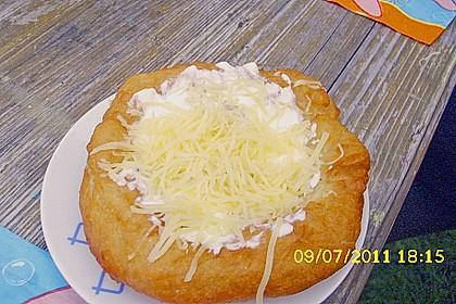 Ungarische Langos mit Knoblauchcreme und Käse 10
