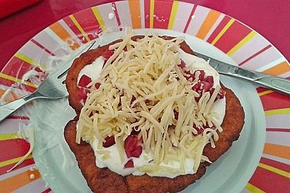 Ungarische Langos mit Knoblauchcreme und Käse 31