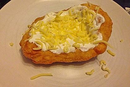 Ungarische Langos mit Knoblauchcreme und Käse 22